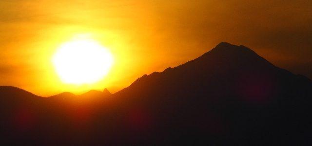 槍ヶ岳と太陽、そしてダンボール